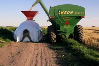 Barley harvest and storage, directly on the field. Moisson et stockage de l'orge, sur la même parcelle, au même moment.
